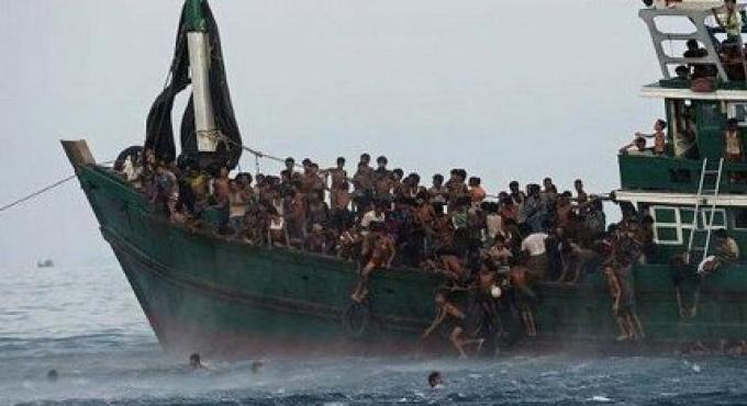La marine envoie de la nourriture au 300 Rohingyas sur leur navire