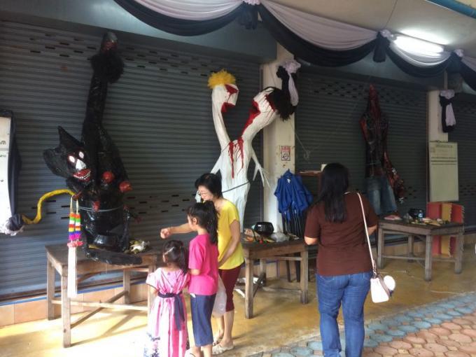 Les 'festivaliers' apaisent les esprits affamés de leurs ancêtres