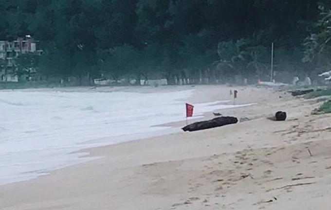 La pluie assiège Phuket, les drapeaux sont de sortie sur les plages