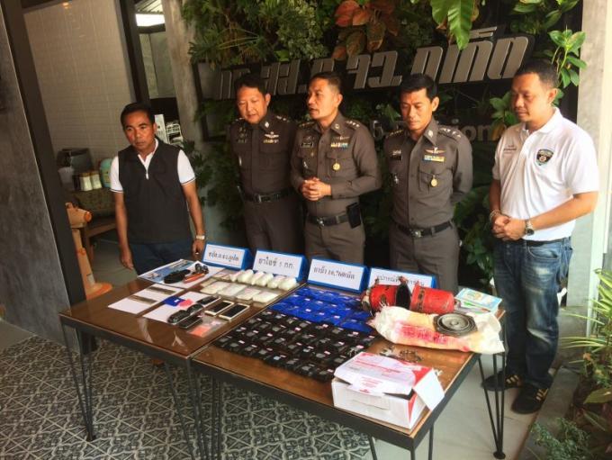 La police arrête deux hommes en possession de drogue et d'armes