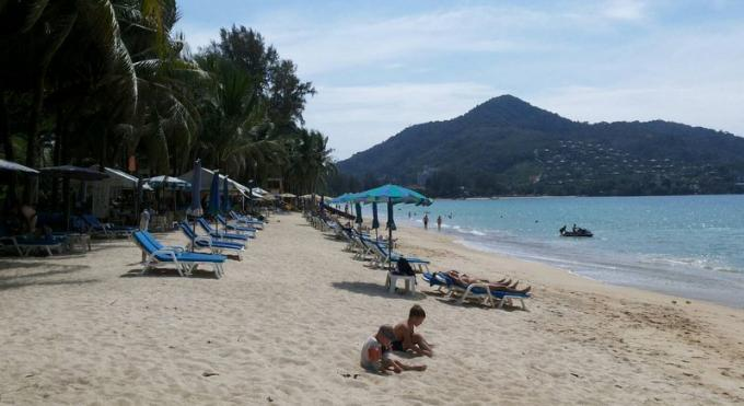 Le gouverneur de Phuket et les militaires agissent contre les vendeurs de Kamala Beach