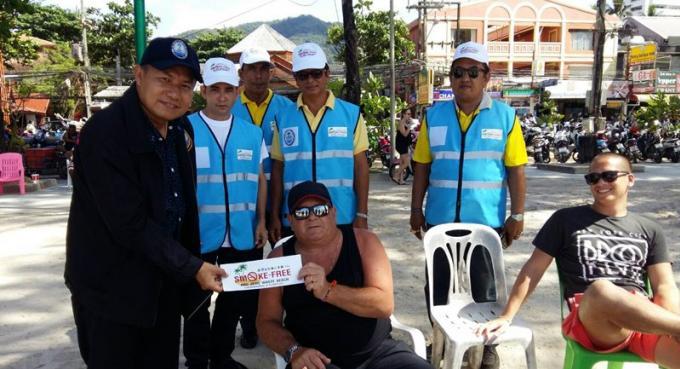 Les officiels inspectent Patong Beach après le lancement de l'interdiction de fumer