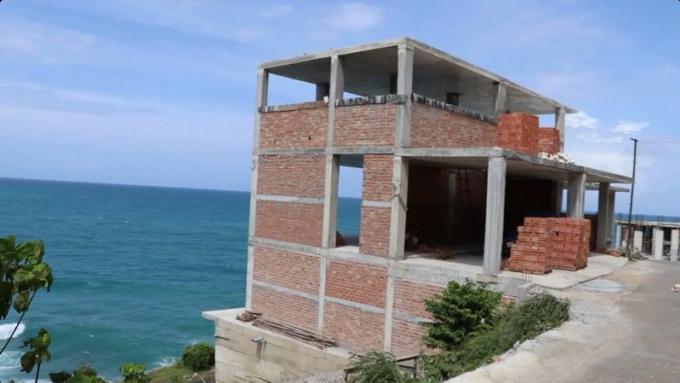 Les bâtiments demeureront sur la route littorale