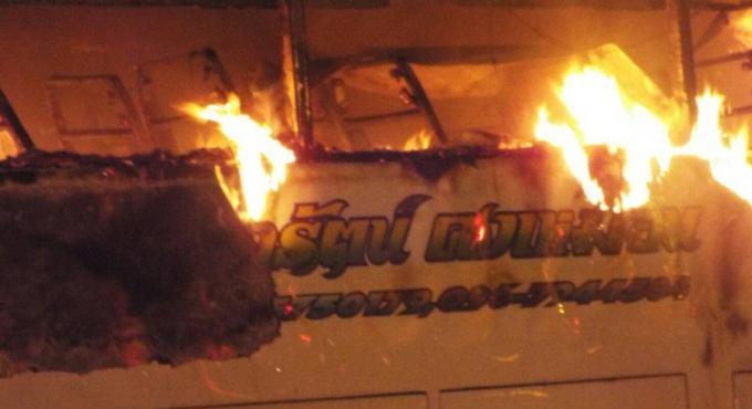 Un car de tourisme détruit par les flammes