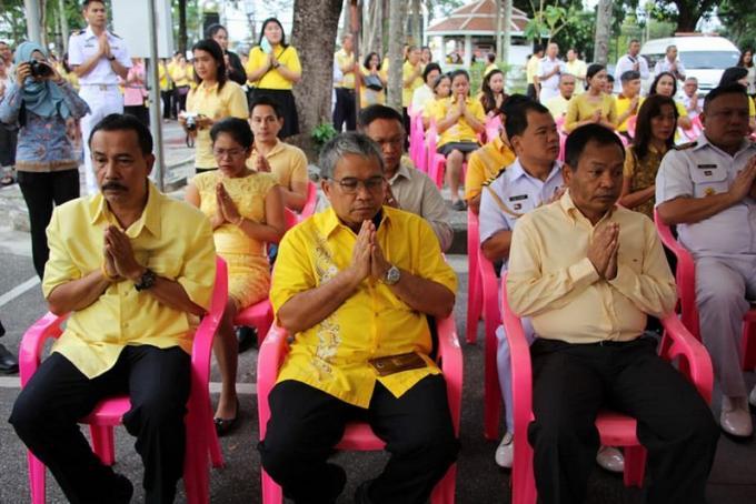 Les officiels de Phuket célèbrent l'anniversaire du Roi Bhumibol