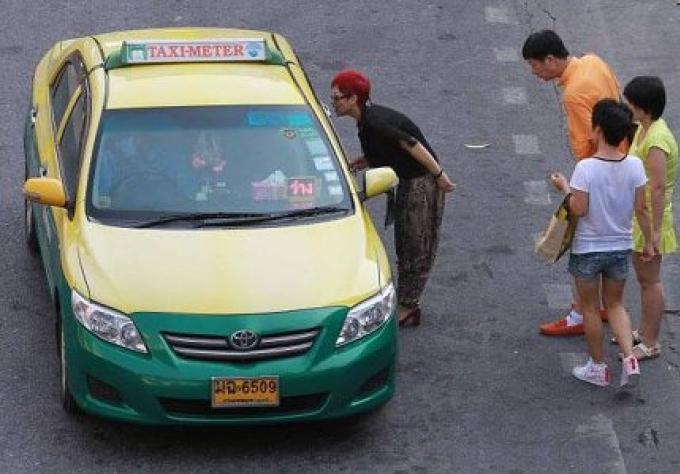 Dans 4 rues de Bangkok, les taxis refusent souvent des passagers