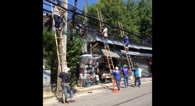 Le retrait des enchevêtrements de câbles de Patong avance vite