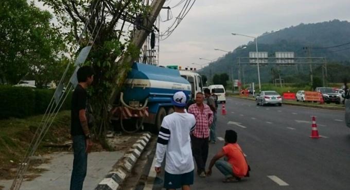 Un camion citerne fonce dans un pylône