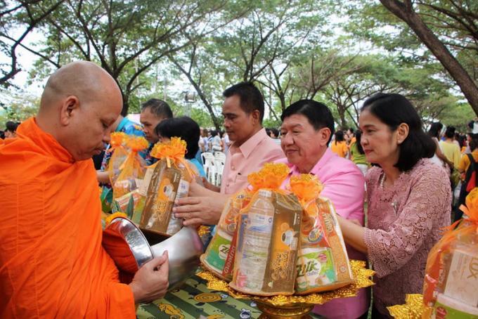 Le gouverneur de Phuket et 299 moines pour une cérémonie de bénédiction du Nouvel An