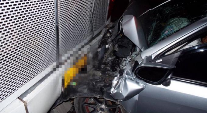 Deux femmes piégées dans leur voiture après avoir foncé dans un car