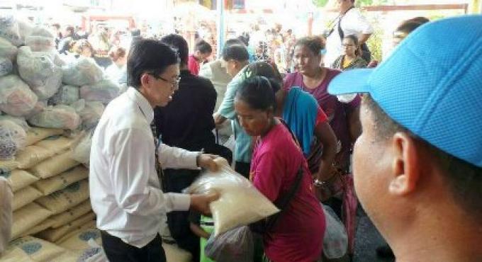 Dons de nourriture aux pauvres de Phuket