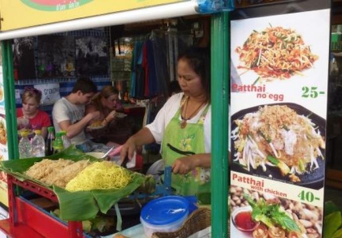 Etals et les piétons se disputent les trottoirs de Bangkok