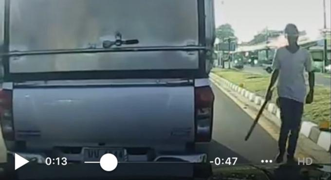 Un thaï de 21 ans sort avec sa machette après un accident de la route