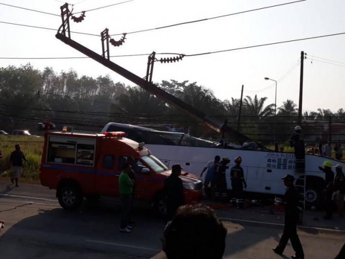 Le chauffeur d'un car de tourisme s'endort au volant, fonce dans un pylône, et meurt