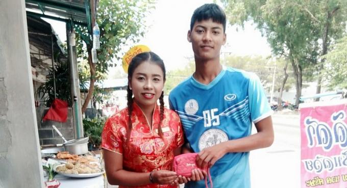 Des étudiants rendent un portefeuille rempli d'argent du Nouvel An chinois