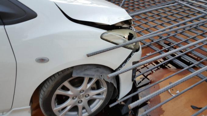 Une voiture empalée sur le site de construction du tunnel de Chalong