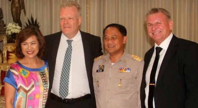 Le gouverneur Nisit Jansomwong et l'Ambassadeur danois Mikael Hemniti Winther se rencontrent au Hall