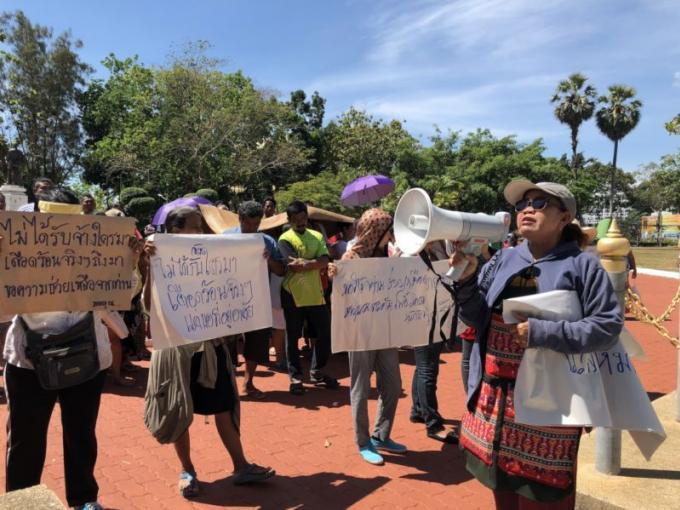 Rassemblement devant le Provincial Hall, les habitants veulent des actes