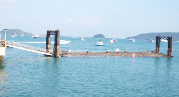 La jetée de Chalong Pier endommagée par un bateau?