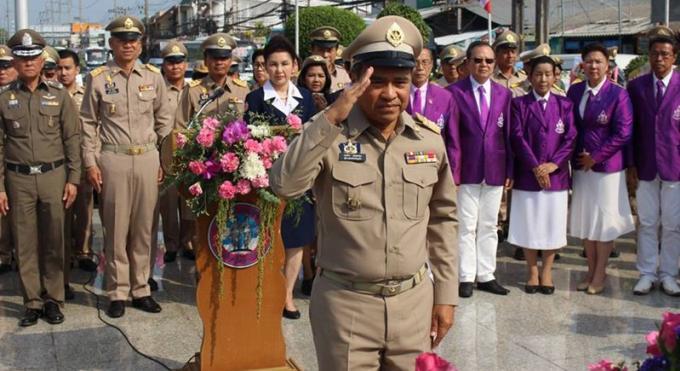 Dépôt de gerbes pour les Héroïnes de Phuket