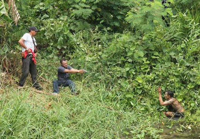 La police tue un suspect de drogue armé d'une grenade