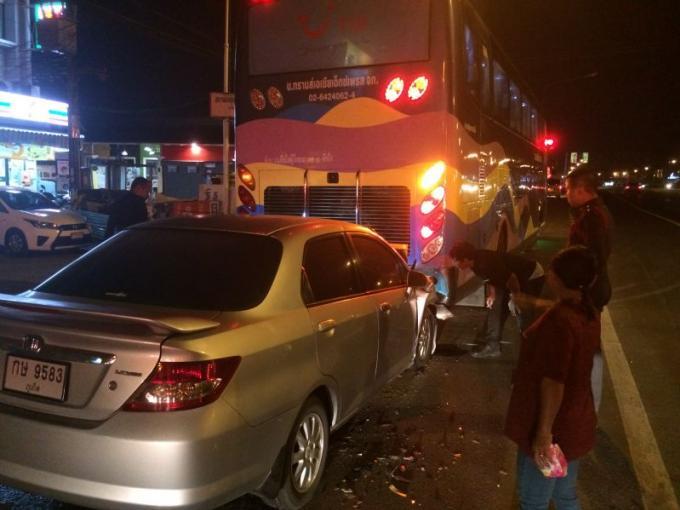 Un conducteur blessé en fonçant dans un car garé en bord de route