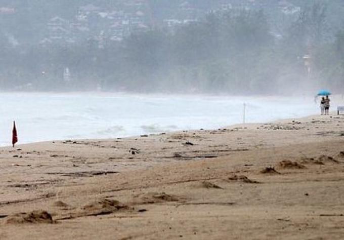 Les tempêtes fouettent Phuket, la crue subite, les glissements de terrain et avertissement pour les