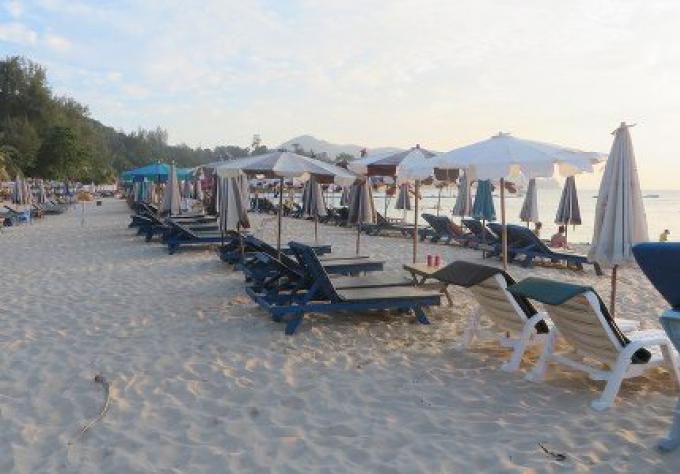 Phuket étudie pour déterminer le destin des chaises longues