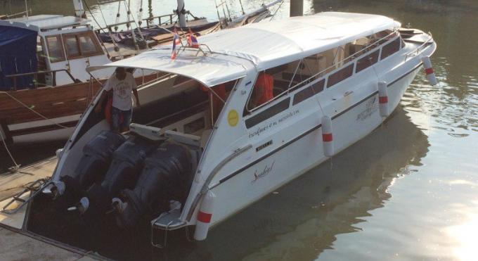Un membre d'équipage embrase son bateau avec sa cigarette