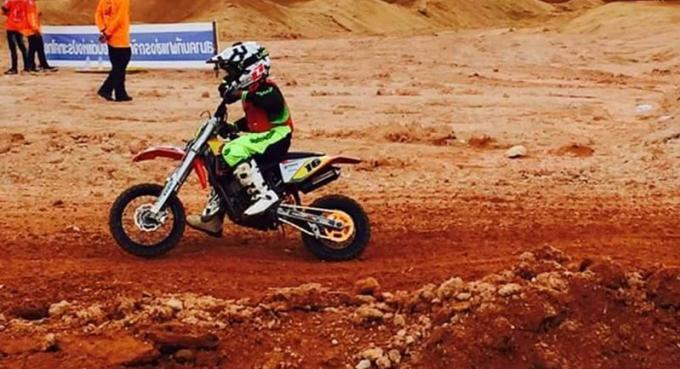 Un jeune garçon de Phuket âgé de 8 ans champion de motocross