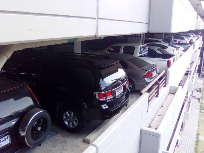 Des voitures garées à l'aéroport de Phuket rayées au nom des VIPs