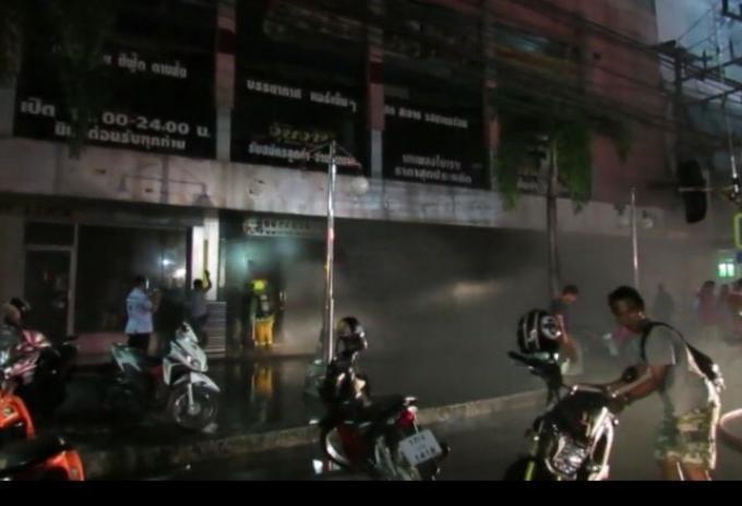 Un magasin d'un centre commercial de Phuket détruit par les flammes