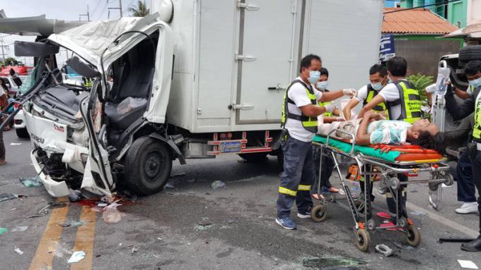 Collision frontale entre un van et un camion, 9 blessés