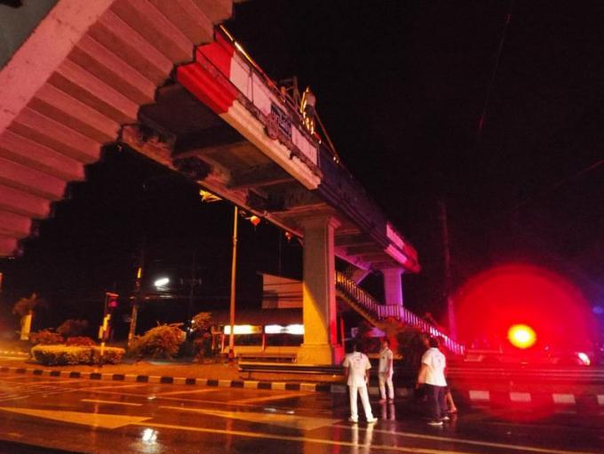 Elle menace de sauter du pont sur la route