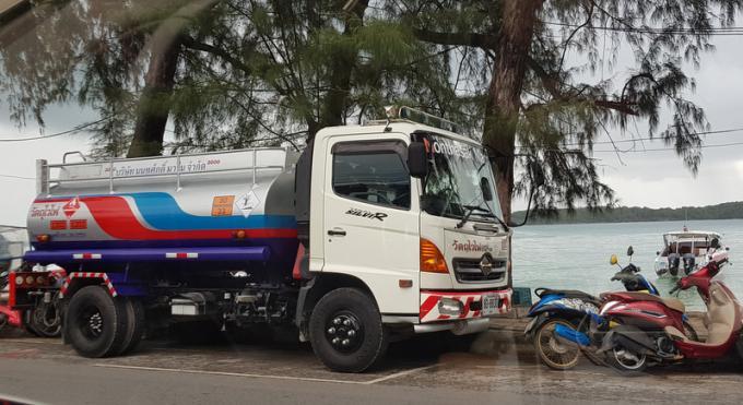 Bombes Ambulantes : Ravitaillement dangereux des speedboats sur les plages