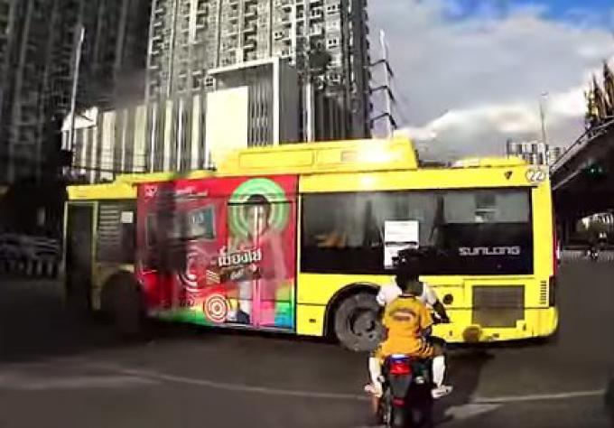 Vidéo d'un bus brulant un feu rouge à Bangkok