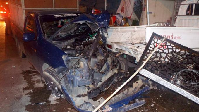 Le conducteur d'un pickup frigorifique indemne après un violent accident