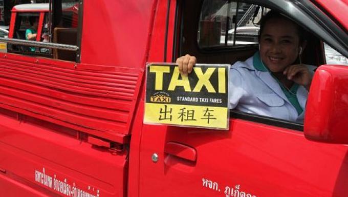 Un étudiant lance une enquête publique sur les prix des transports publics, tuk-tuks et taxis