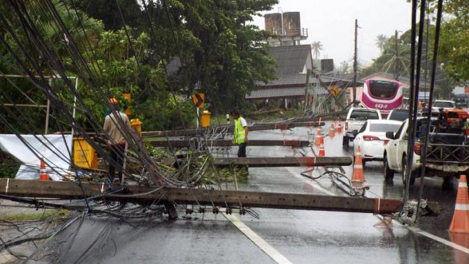 Les dégâts s'accumulent alors que les vents balayent toujours Phuket