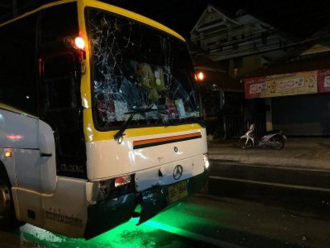 Un bus de tour operator chinois frappe un homme qui essayait de s'enfuir