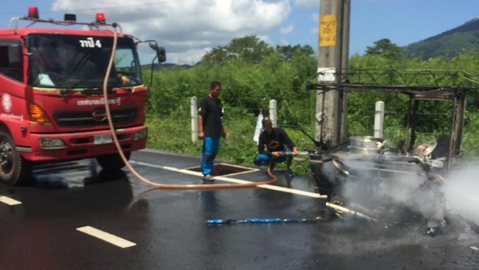 Il saute de son véhicule en flammes pour sauver sa vie