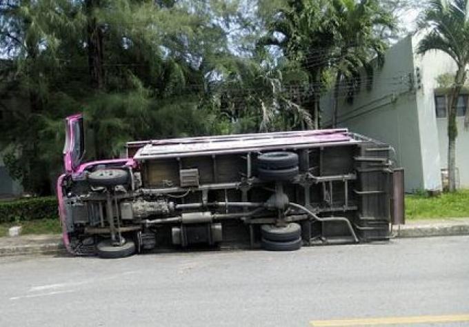 Un bus rose se renverse, une blessée