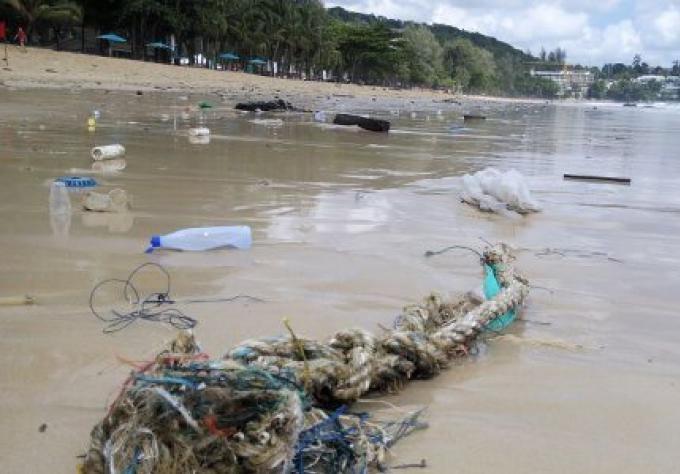 Hôtels, sauveteurs, rendent les plages de Phuket claires après la marée d'ordures déposée par l