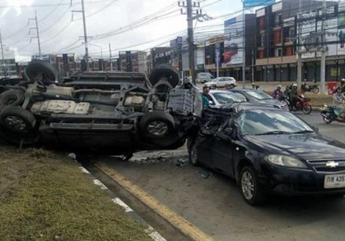 Trois blessés après que la voiture a sauté le terre plein central sur la principale route de Phuk