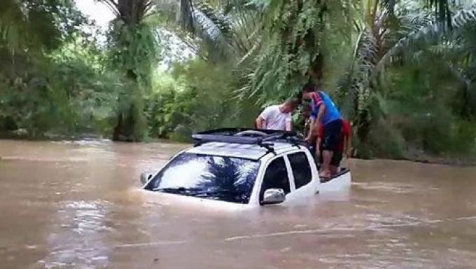 Des étrangers secourus d'un canal