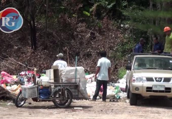 Un camion pris en vidéo près de Nai Harn Beach en train de décharger ses déchets