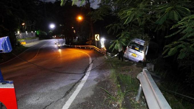Un van sort de la route à Patong Hill