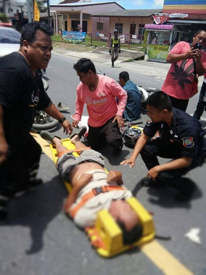 La Police Touristique de Phuket s'arrête pour aider un blessé