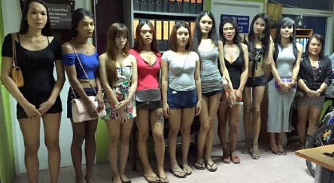 Ladyboys de Patong emmenés après que le portefeuille à un indien a été dérobé