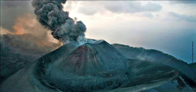Le volcan de l'île Barren entre en éruption
